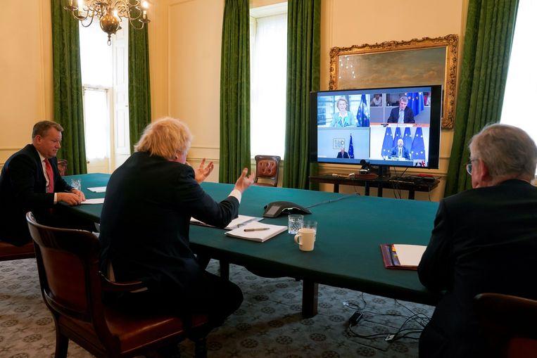 Premier Johnson vergadert vanuit Downing Street met Europese leiders. Beeld AFP