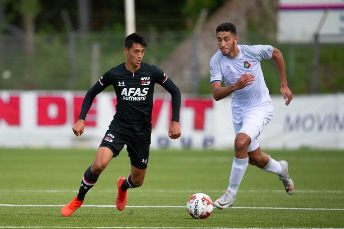 AZ heeft het contract van Zwollenaar Tijjani Reijnders (20, links), hier actief in het oefenduel met Telstar, opengebroken en met drie jaar verlengd.
