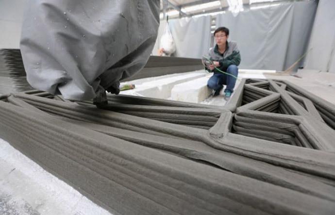 De printer van 150 meter lang en zes meter hoog aan het werk.