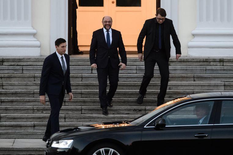 SPD-leider Martin Schulz (midden) na zijn gesprek met president Steinmeier, afgelopen donderdag. Beeld EPA