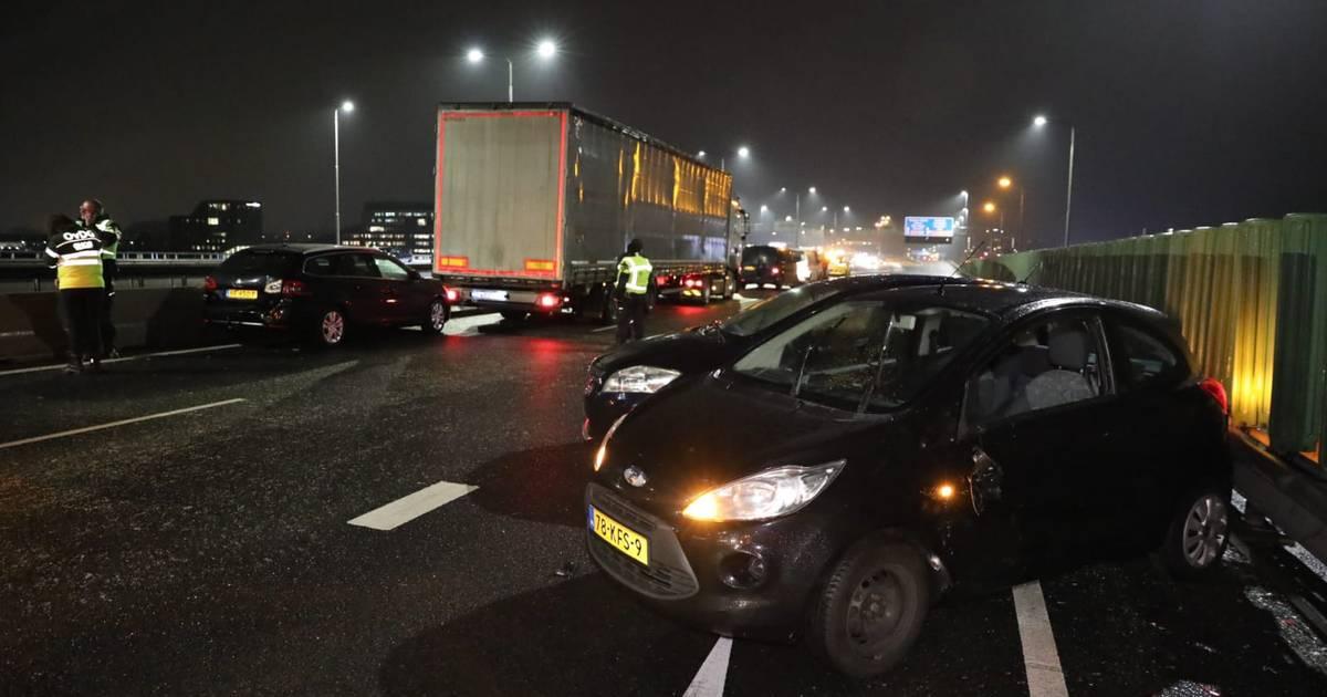 Verraderlijk glad: grote vertraging na kettingbotsingen op A12 met 17 auto's en 2 vrachtwagens.