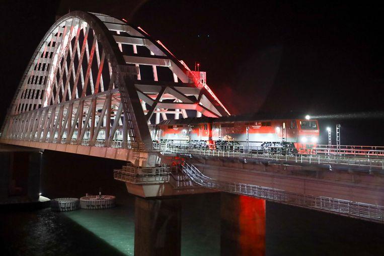 De trein rijdt over de beruchte brug die de geannexeerde Krim met het Russische vasteland verbindt.