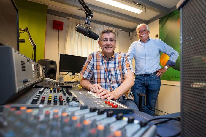 HTR-voorzitter Dennis Münninghoff (l)  en presentator Leo Swaans in de studio van HTR in Vlijmen.