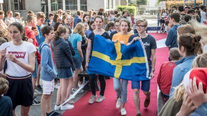 Leerlingen flaneren in Europa-stijl op rode loper