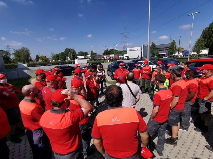 Een vakbondafgevaardigde spreekt het personeel toe tijdens de staking die maandagochtend uitbrak in het mailcenter in Huizingen.