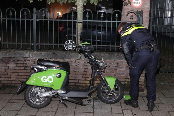 De Go Sharing-scooter aan de Grotestraat in Waalwijk.