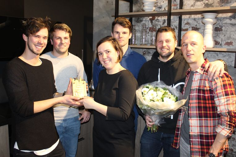 Roos Bekaert geeft de trofee aan de mannen van Diep Events.