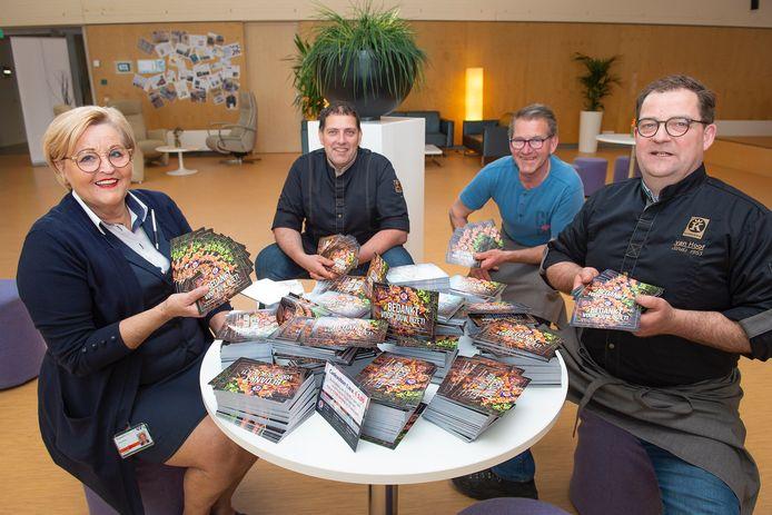 Francis Klomp neemt namens het ETZ de 7000 bonnen in ontvangst uit handen van de Keurslagers Paul Brands (Van Hest Goirle), Hans van der Donk (Tilburg) en Jan-Karel van Hoof (Udenhout) (vlnr). Foto Maria van der Heyden/ETZ