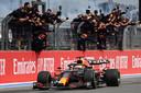 Feest bij Red Bull op het moment dat Max Verstappen als winnaar wordt afgevlagd.