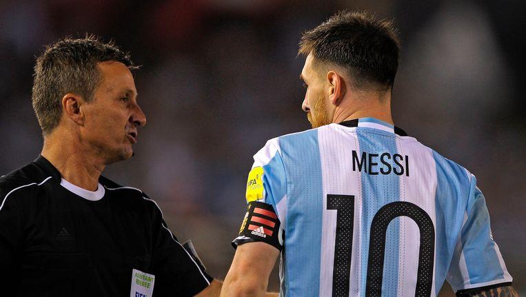 Messi ruziet met de assistent-scheidsrechter. Beeld afp