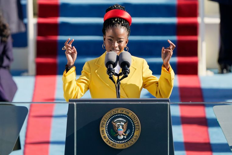 Amanda Gorman draagt haar gedicht voor tijdens de inauguratie van Joe Biden. Wie mag het vertalen? Beeld Photo News