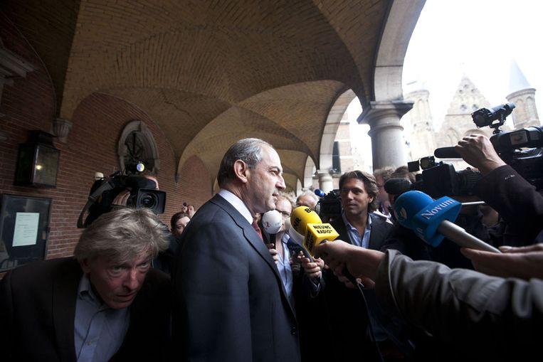 PvdA-leider Job Cohen staat de pers te woord na zijn gesprek met informateur Uri Rosenthal. (ANP) Beeld