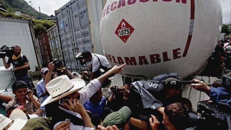 De Hondurese ex-president Zelaya bij de grens tussen Nicaragua en Honduras (AP) Beeld