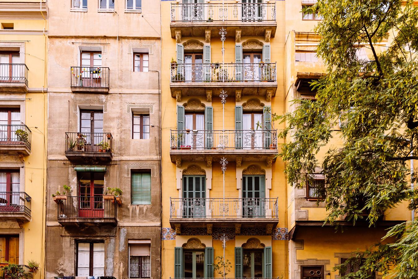 Dionne (29) betaalt mee aan de Nederlandse hypotheek met haar vriend, maar woont inmiddels ook in Barcelona.