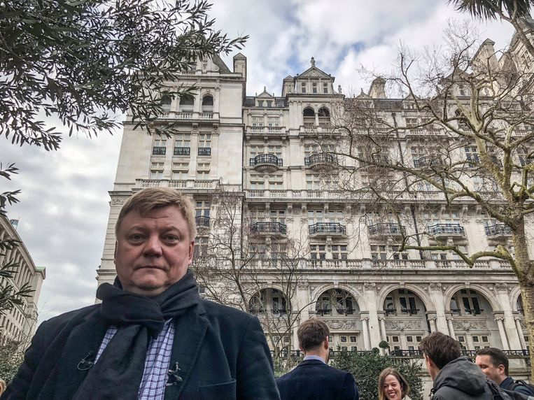Anti-corruptiestrijder Roman Borisovitsj voor Whitehall Gardens in Kensington, de Londense wijk waar veel rijke Russen wonen.
