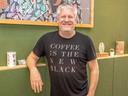 Ron de Wit uit Wijhe is barista, koffie-adviseur, -trainer en organiseert barista-wedstrijden in Nederland. Nu heeft hij met drie andere koffie-adepten zijn eigen Koffiepodcast gelanceerd.