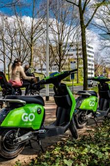 Hoogleraren: 'Tijd voor concrete afspraken over rondslingerende deelscooters in Deventer'