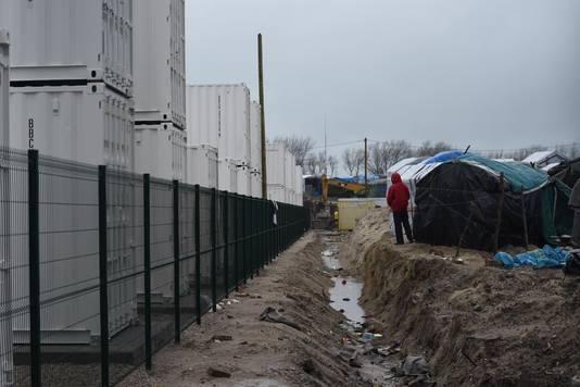 Het is de bedoeling dat de migranten, die nu nog verblijven in tenten, onder zeilen of houten bouwsels verkassen naar het uit metalen containers bestaande dorp.