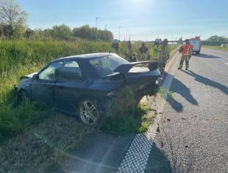 Autosnelweg A19 richting Ieper uur afgesloten na buiteling Subaru Impreza in Zonnebeke