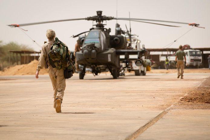 Een Nederlandse Apache gevechtshelikopter op het vliegveld van Gao in het noordoosten van Mali