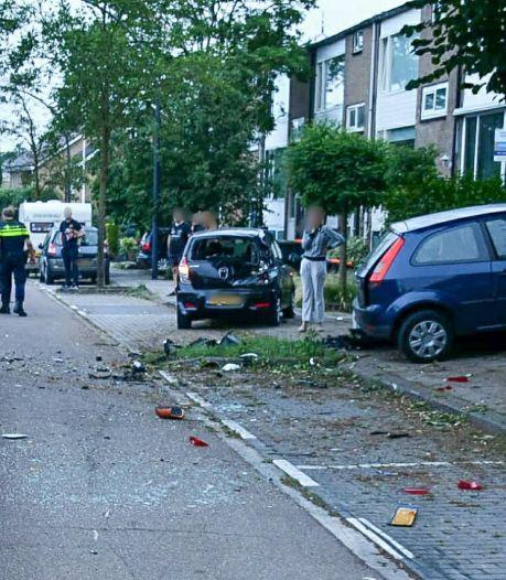 Ravage in Enschede nadat automobilist geparkeerde auto's ramt: inzittenden spoorloos