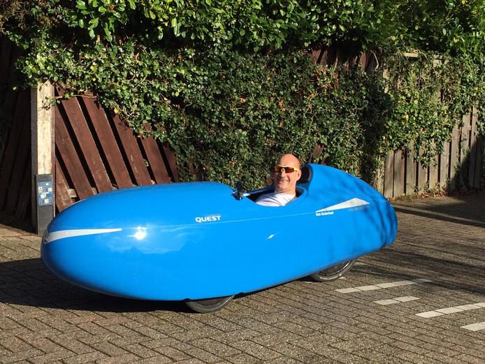 Nieuwegeiner Rob Ruitenbeek, in zijn smurfenblauwe 'banaan op wielen'.