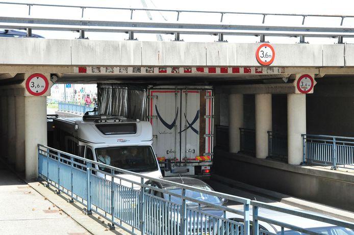 7-6-2019: Nog een vrachtwagen vast onder 'berucht' viaduct in Waalwijk