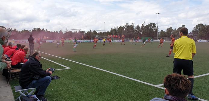 Ook al ontstaken de supporters van FC Zutphen fakkels na de 3-2, de club degradeert wel naar de derde klasse.