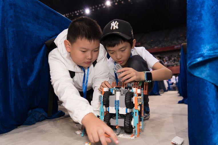 Wang Yulin (9) en Xiao Xinyue (9) doen mee aan de robotcompetitie. Beeld Ruben Lundgren