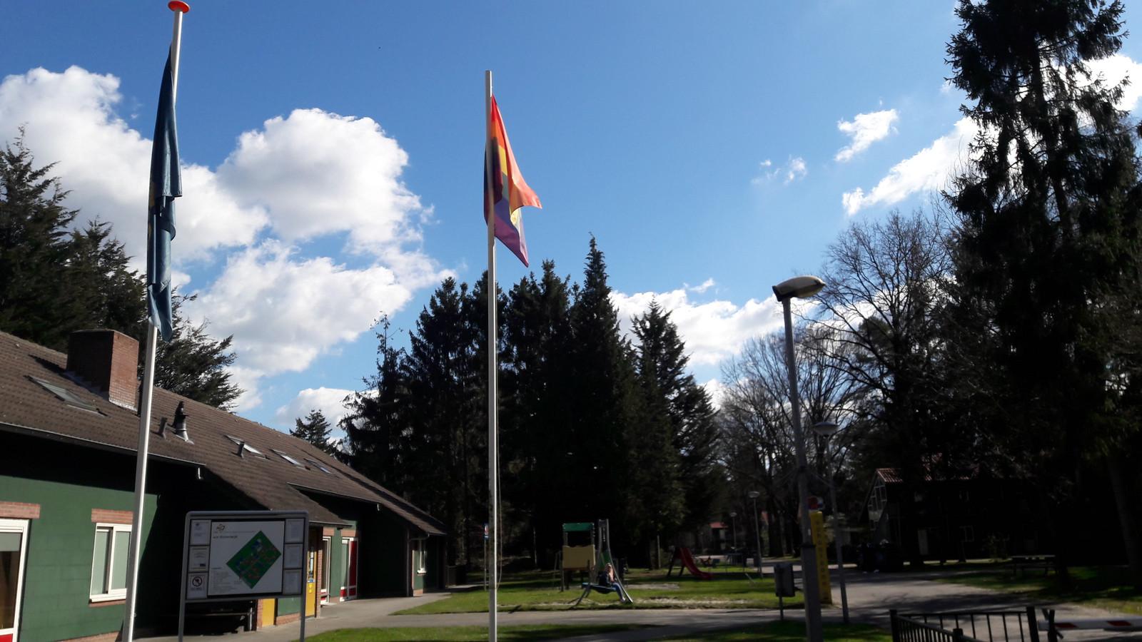 De regenboogvlag wappert op het terrein van het azc in Oisterwijk.