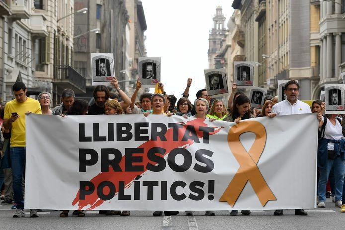 Meteen na de bekendmaking van de straffen kwamen Catalaanse burgers op straat, hier in Barcelona. Ze vragen de vrijheid voor de politieke gevangenen.