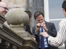 Mark Rutte krijgt parfumflesje met xtc-geur in Den Bosch om 'geur drugslabs te herkennen'
