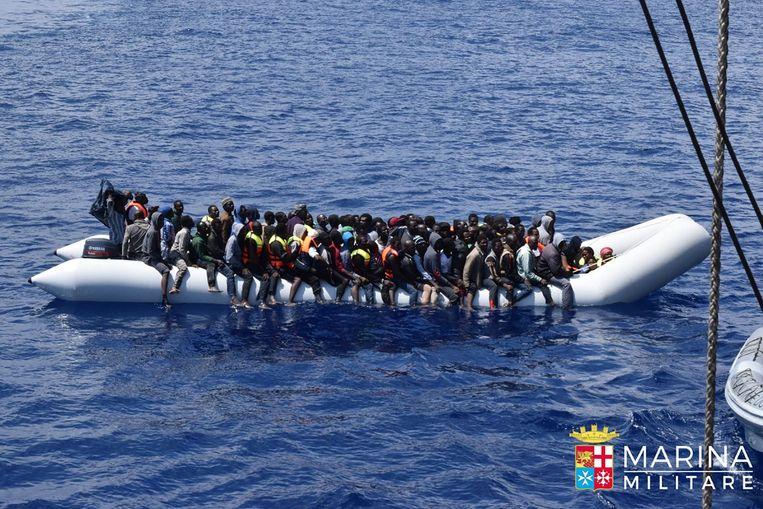 De Italiaanse marine haalt migranten en vluchtelingen aan boord tijdens een reddingsoperatie voor de kust van Libië, in juni vorig jaar. Beeld afp