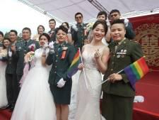 Deux couples homosexuels se marient lors d'une cérémonie militaire, une première à Taïwan
