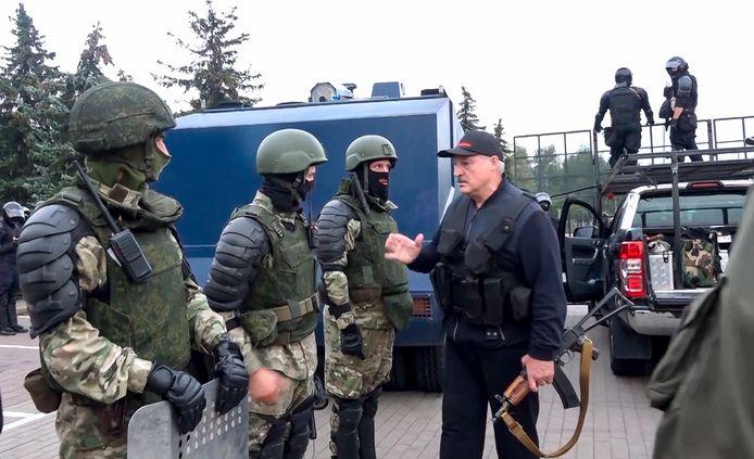 Een met een kalasjnikov gewapende Wit-Russische president Alexander Loekasjenko gaf 23 augustus orders aan zijn ordetroepen in Minsk.  'Europa's laatste dictator' was twee weken eerder - andermaal - met meer dan 80 procent herverkozen.  De start van vreedzaam protest dat gewelddadig de kop werd ingedrukt.