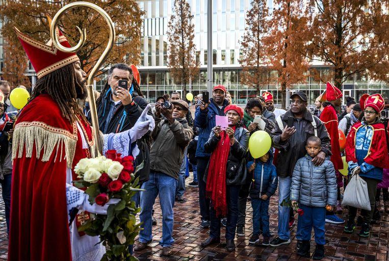 2016-11-05 12:29:36 AMSTERDAM - De Nieuwe Sint (Patrick Mathurin) spreekt mensen toe in de Bijlmer tijdens zijn intocht in Amsterdam. ANP REMKO DE WAAL Beeld ANP