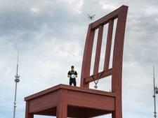 Wat doet de duurste voetballer aller tijden op een reusachtige stoel?