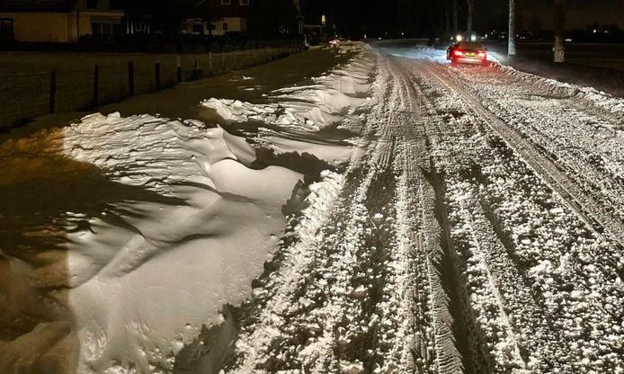 Op de N231 (Blokland) tussen Nieuwveen en Vrouwenakker is de weg maandagmorgen slecht begaanbaar. Diverse auto's kwamen vast te zitten door sneeuwduinen.
