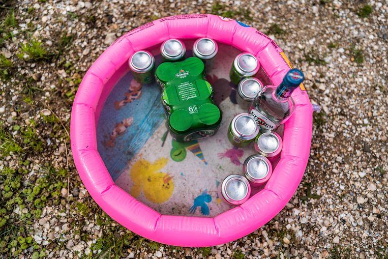 De blikjes bier worden gekoeld in een kinderbadje. Beeld Joris van Gennip