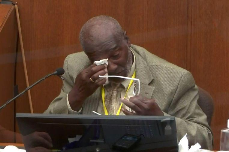 Getuige Charles McMillian krijgt het moeilijk tijdens de rechtszaak. Beeld via REUTERS