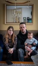 Jessica en Herman met hun zoontje Djayvano. Zoon Herman ligt nog in het ziekenhuis.