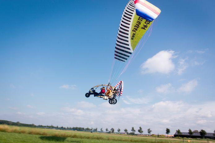 Paraglider die vijf jaar geleden opsteeg vanaf het weiland langs de Linge, halverwege Heteren en Valburg.