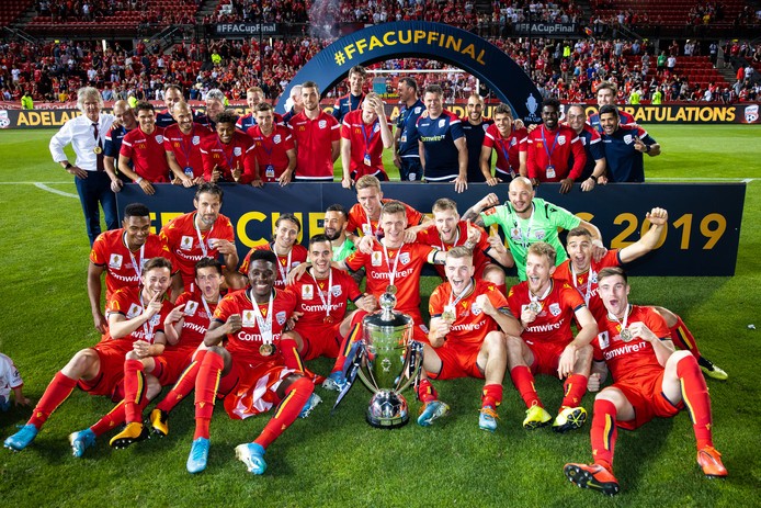 De spelers van Adelaide United met de Australische beker. Links op de foto Gertjan Verbeek, in het midden (onder de boog) Gerald Sibon.
