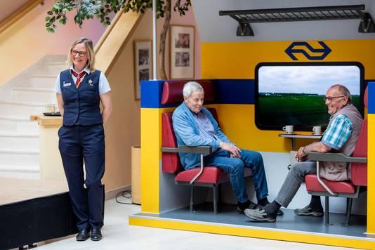 Hoofd-conducteur Angela Wierenga en de broers Toon en Engel Blansert bij de realistische treincoupé die ouderen met dementie een mooie belevenis moet geven.