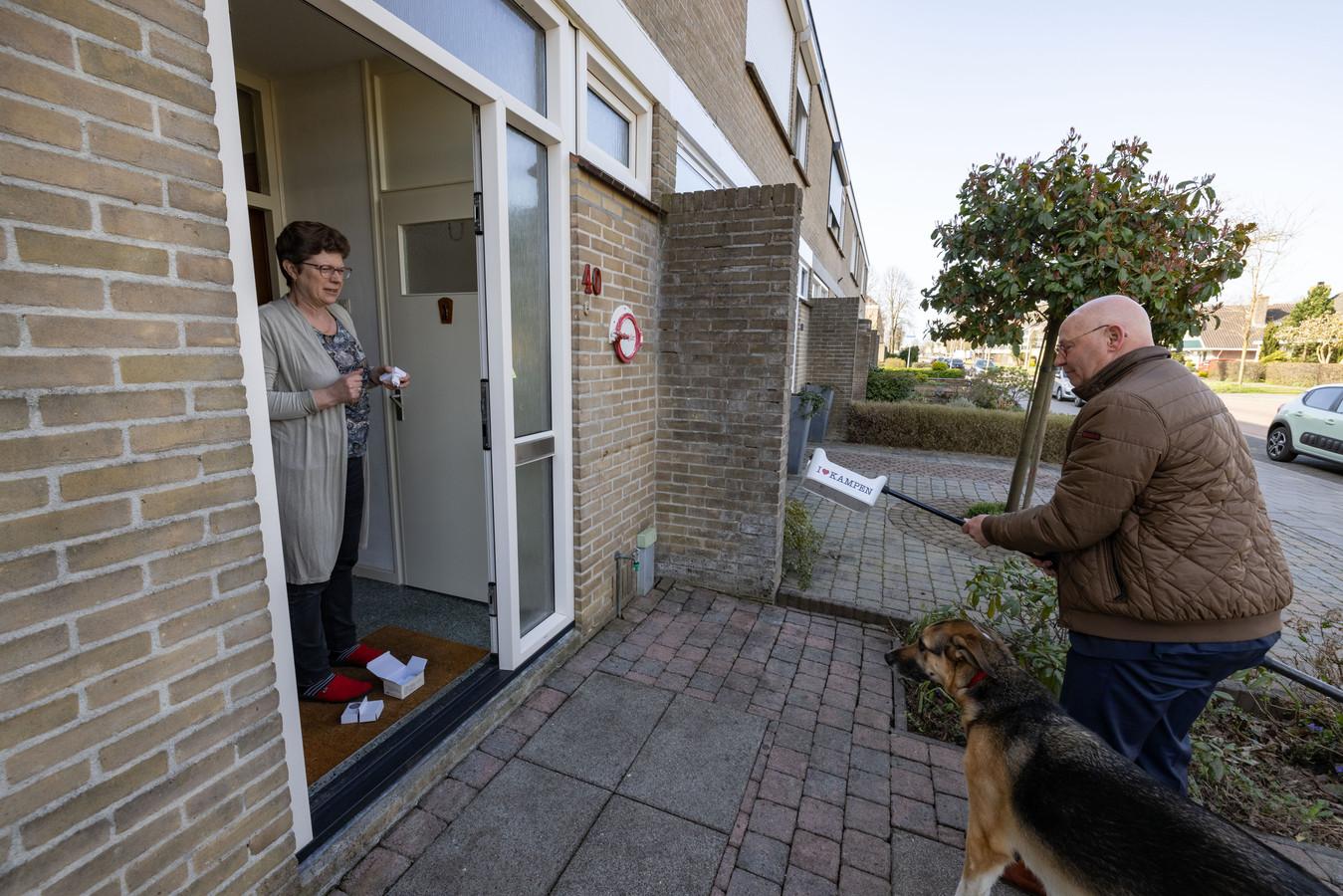 Burgemeester Koelewijn deelt deurbellen uit met Kamper muziekje erin: hier is hij aan de deur bij Trijnie Brijder.