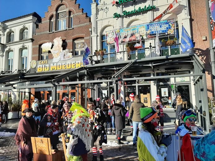 De diehards onder de carnavalsvierders op de Oude Markt.