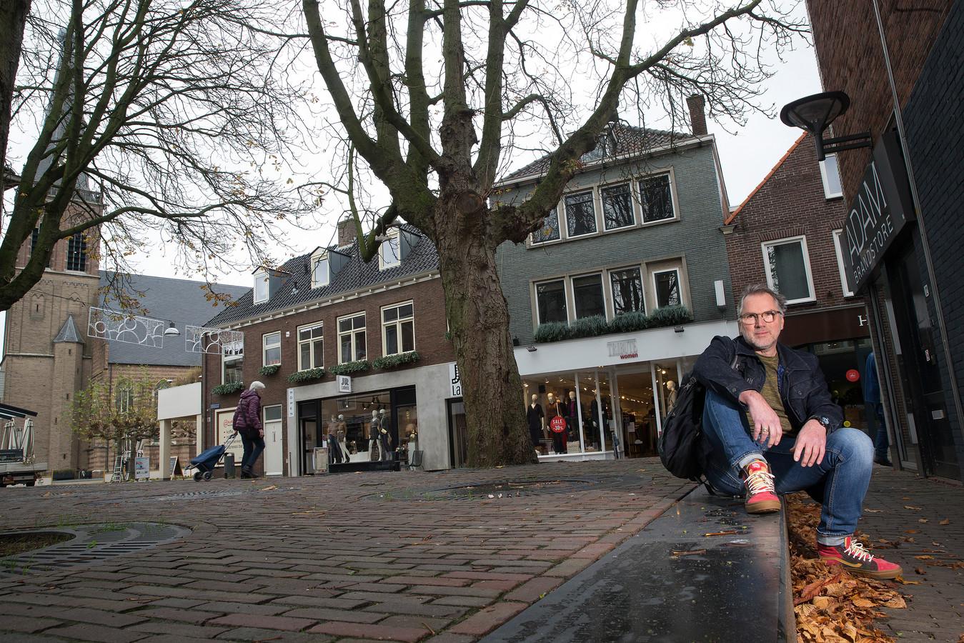 Louis Andel bij, volgens hem, een van de parels van de Doetinchemse binnenstad: het Joodse monument.