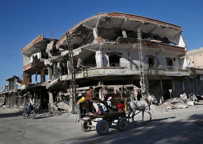 De voormalige hoofdstad van het kalifaat, Raqqa, is zwaarbeschadigd. IS-jihadisten zijn er verdwenen.
