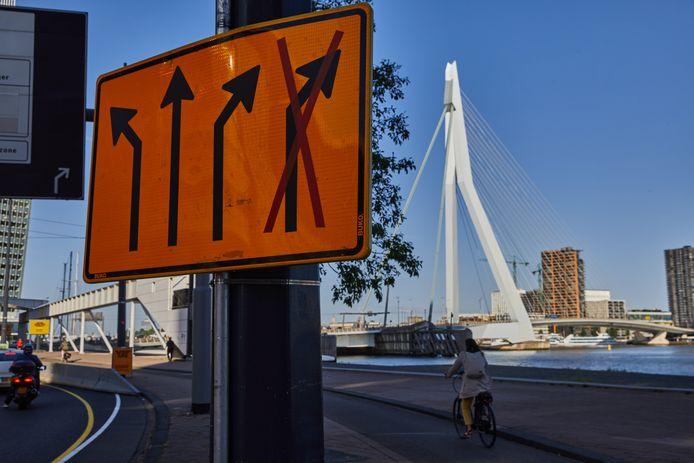 Op het Wilhelminaplein komen weer twee rijbanen richting Erasmusbrug beschikbaar. Aan de zuidzijde van de brug worden woensdag alle wegversperringen weggehaald.