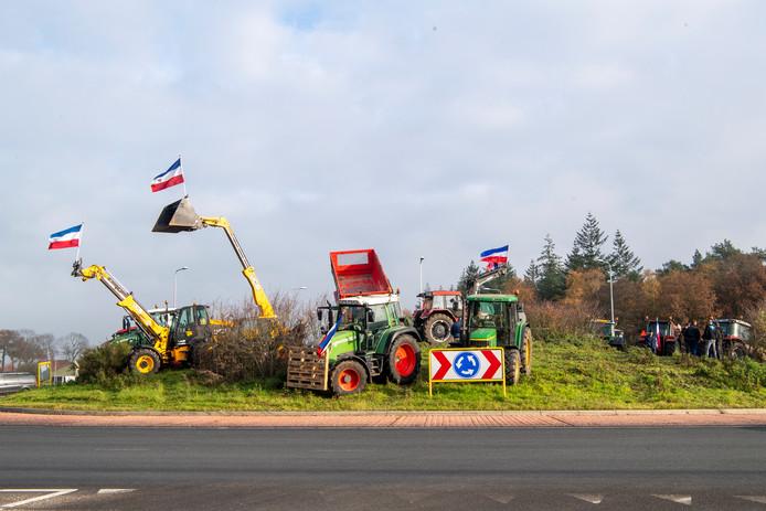 Boeren demonstreren op de rotonde van de Witte Paal.